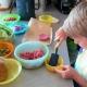 Kind beim Essen machen
